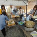 お待ちどうさま!!お昼は山菜天ぷらと筍の味噌汁です。